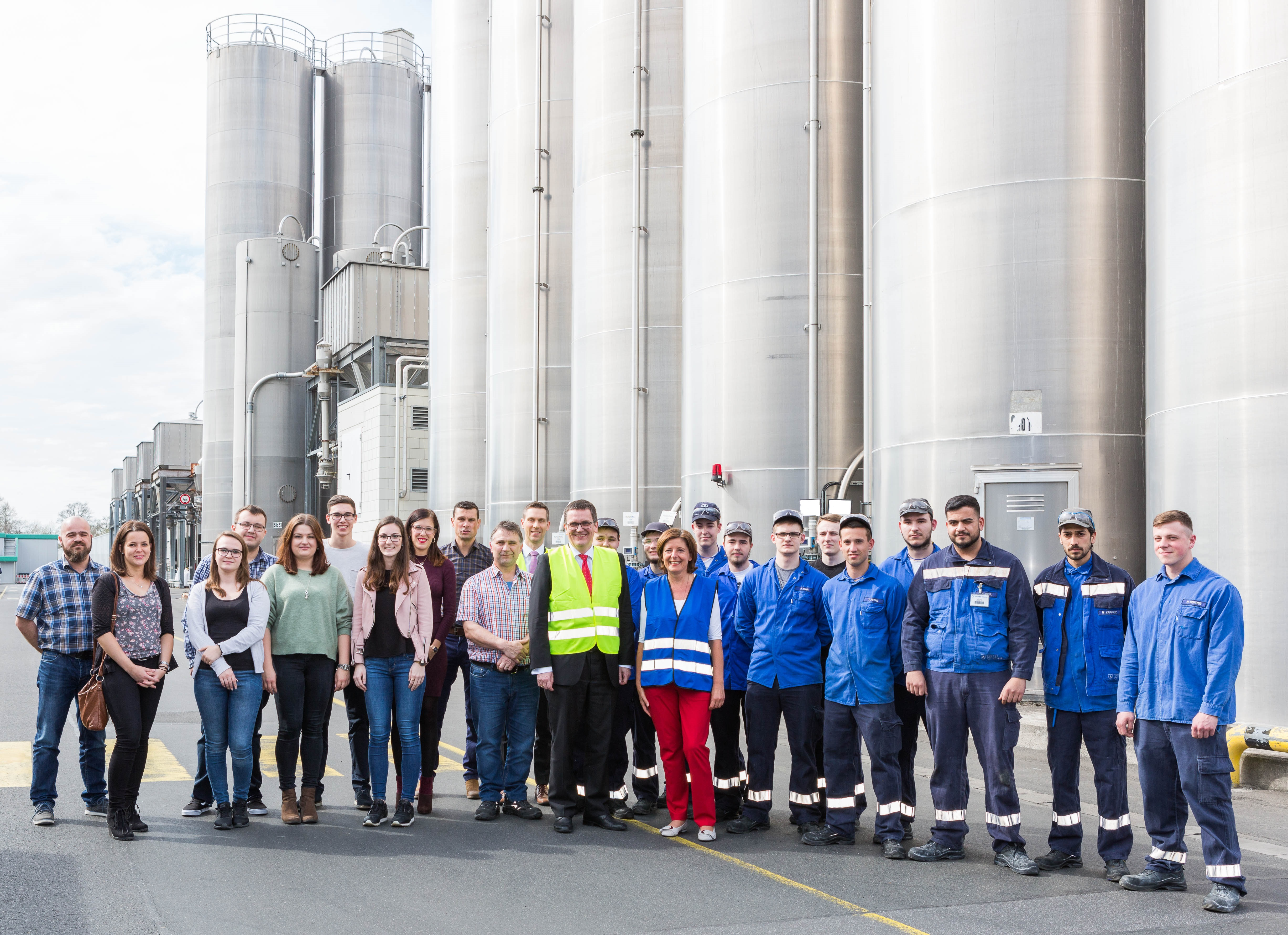 State Premier Malu Dreyer together with Dr. Gerald Hauf, as well as apprentices and trainers from the Polymer-Group.